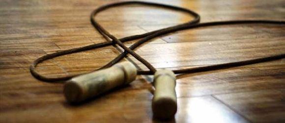 La corde à sauter fait travailler bras, jambes, abdos, épaules, fessiers et pectoraux. Vous pouvez brûler beaucoup de calories : 850 calories en 1h.