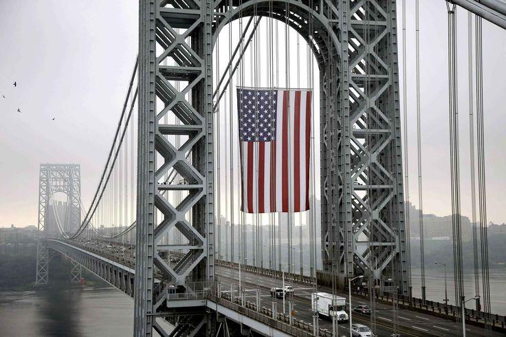 Le 2 septembre, un immense drapeau américain a été posé sur le pontGeorge Washington à Fort Lee dans le New Jersey pour le jour de la fête ...