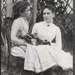 Helen Keller se convirtió en la primer persona sordociega en obtener un título universitario. Al año siguiente, se afilió formalmente al Partido Socialista.