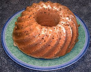 "Poffert ""is a bread-like dish and eaten as a main course was mainly farmers and sometimes for dessert, usually in the winter because it's a rather heavy dish. Poffert ""contains self raising flour (or ordinary flour and yeast), currants, raisins, milk, eggs, butter and sugar; candied orange peel is also sometimes added. The batter is almost identical to that of pancakes, but the batter rise for some time must be a poffert "".The poffert ""is au Bain-Marie in a special pofferttrommel cooked."