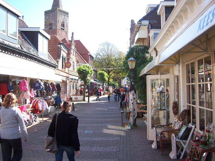 Het centrum van Den Burg heeft heel veel leuke, nog kleine winkeltjes.
