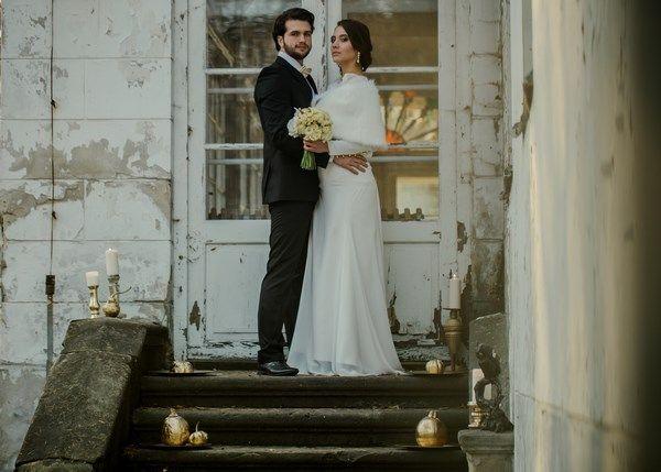 złota sesja ślubna w starym dworku, naturalne jesienne zdjęcia ślubne