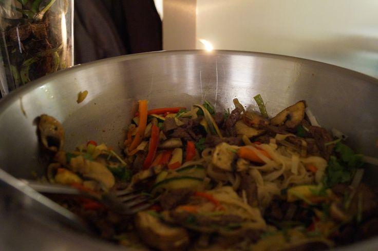aasialainen wokki: kasviksia, naudanlihaa. Mausteeksi limeä ja korianteria.