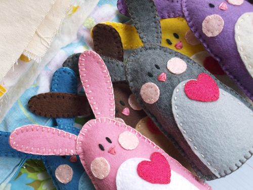 felt bunnies, would make a  cute pressie for easter maybe with pouch in front with room for chocolate!: Idea, Felt Crafts, Felt Bunnies, Felt Bunny, Felt Rabbit, Easter Crafts, Easter Bunnies, Easter Baskets