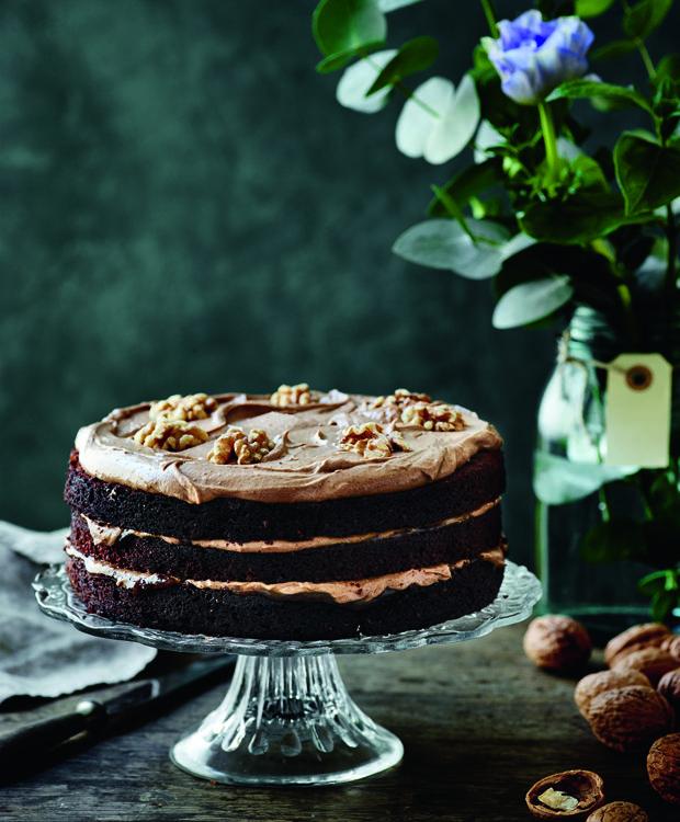 Denne flotte chokoladekage smager mindst ligeså dejlig, som den ser ud. Den er fyldt med blød og lækker creme med smag af mokka og nougat.