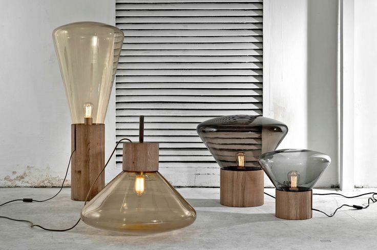 Nadčasová svítidla Muffins přinášejí mimořádný zážitek z osvětlení. Od doby uvedení na trh se stala téměř ikonickými mezi svítidly a symbolem značky Brokis. Jejich jedinečnost tkví ve spojení jemných křivek skla, masivního dřeva, ve vycizelovaném designu a bravurně zvládnutém řemesle.