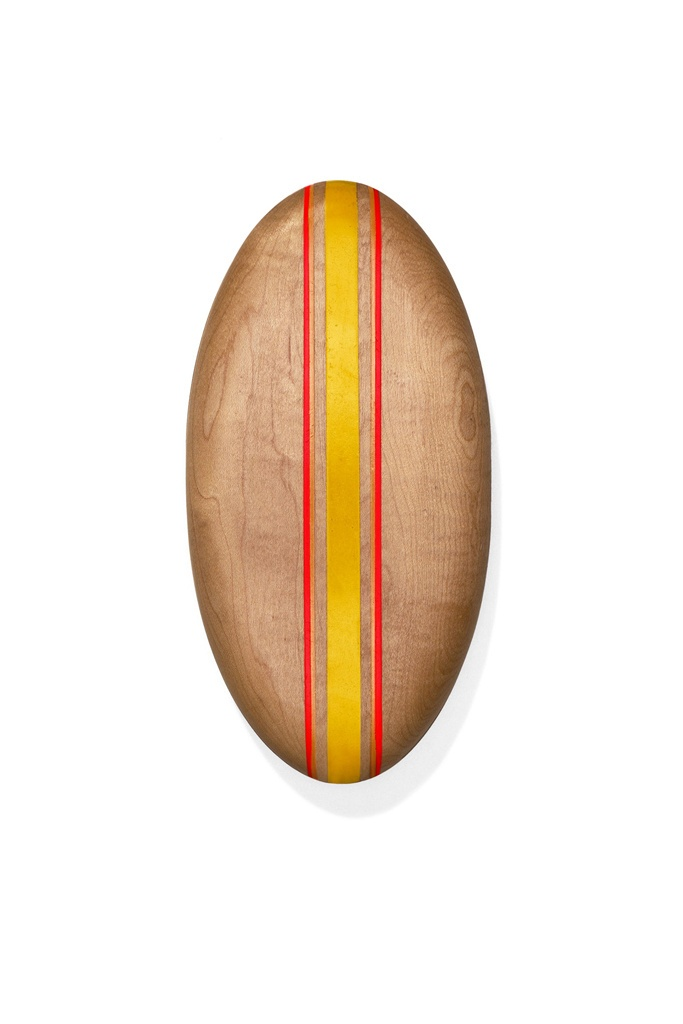 El perfecto look après-surf por Tommy Hilfiger. Clutch de madera con forma de tabla de surf de Surf Shack by Tommy Hilfiger (c.p.v.).