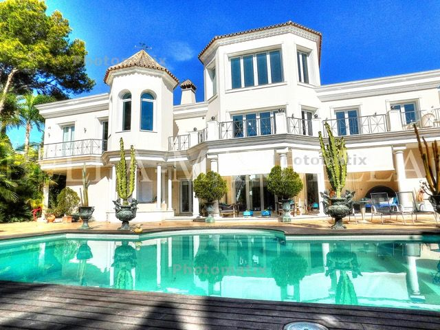 ESTEPONA - ELEGANT VILLA FOR SALE: 4.900.000 Euros Elegant villa with two imense lounges, infinity pool, 100% privacy, close to Marbella... Please ask us for details! BELLA-MARBELLA Real Estate in Marbella