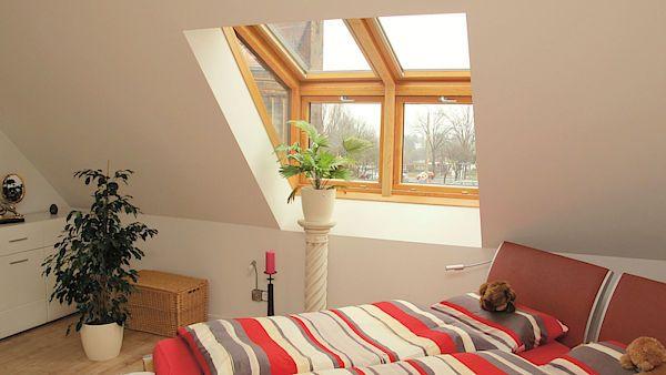 Střešní okna mansardového typu spojují výhody klasických střešních oken a vikýřů. Hodí se pro střechy se sklonem od 35° do 60°.