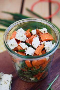 Zum Mitnehmen bitte: Mal was Anderes: Süßkartoffelsalat mit Feta und Rucola.