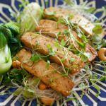 Тофу, маринованный в соевом и кунжутном масле, с рисовой лапшой, орехами кэшью и жареным Пак Чой