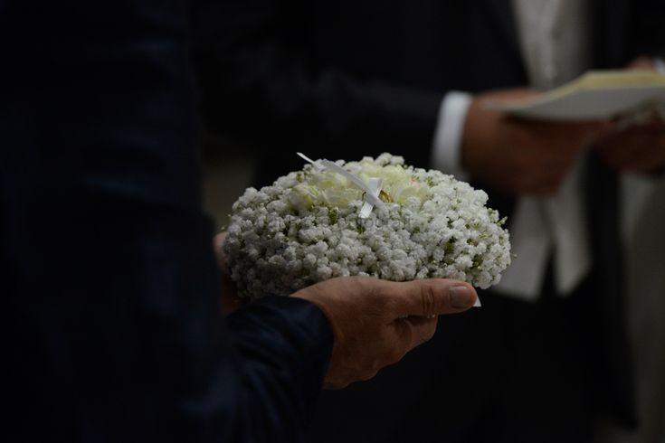 Fotografi matrimonio Napoli. Matrimonio romantico. Cuscino portafedi in mughetto.