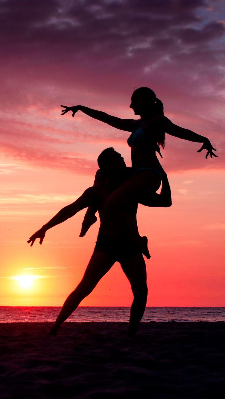 Pareja bailando en la playa al atardecer silueta sombra- couple dancing on the beach silhouettes shadow- salsa bachata