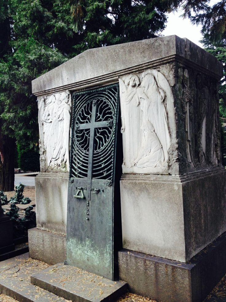 Sono ispirate alla classicità le figure che ornano la sepolura di Ausano Lazzaroni. Ricordano il tema della vita e della morte accompagnate da angeli della fede e del dolore