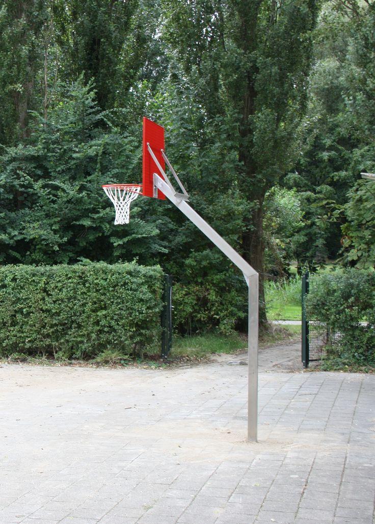 De vaste uitvoeringen van onze rvs-basketbalpaal. Voorzien van rood gecoat vandalisme-arm basketbalbord.