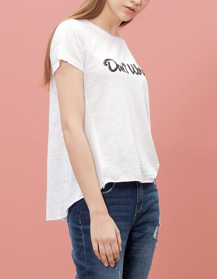 Μπλούζα με κείμενο από παγιέτες