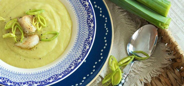 Enkel potet- og purreløksuppe med torskebiter