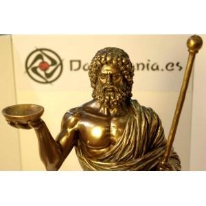 Figura de Asclépios o Esculapio. Hijo del dios Apolo y la princesa Coronis. Dios de la Medicina, portaba un bastón con una serpiente enroscada.