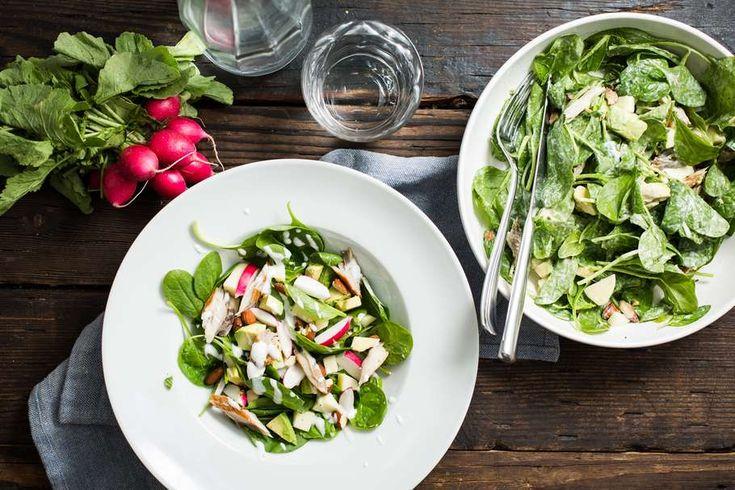 Recept voor spinaziesalade voor 4 personen. Met zout, peper, gerookte makreel, avocado, radijsje, verse spinazie, groene appel, amandel, yoghurt-mayonaise, witte wijnazijn en mierikswortel
