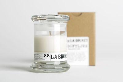 Ekskluzywne świece z certyfikowanego, wosku sojowego L:A BRUKET to cudowna ozdoba każdego eleganckiego wnętrza. Zapachy trawy cytrynowej, drzewa sandałowego, lawendy i inne pochodzą z naturalnych olejków eterycznych.