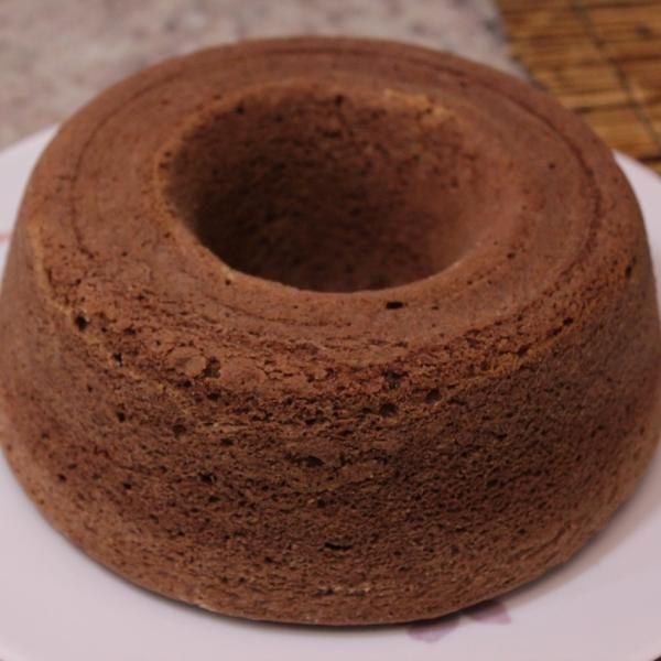 Aprenda a preparar bolo de chocolate simples e fofo com esta excelente e fácil receita.  O TudoReceitas ensina a preparar um delicioso bolo de chocolate. Se você...