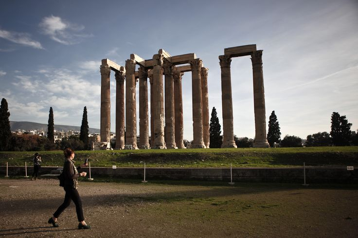 Seorang turis mengunjungi kawasan arkeologi Kuil Zeus-Olympiadi Athena, Yunani.