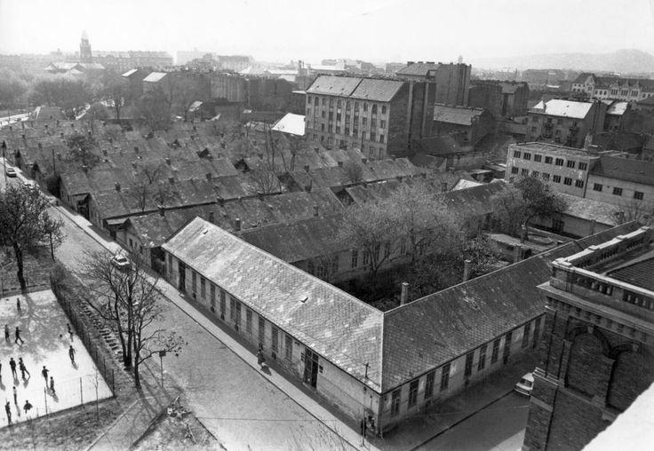 Tűzoltó utca - Ernő utca sarok, balra hátul a Haller utcai Szent Vince Plébánia tornya. 1976