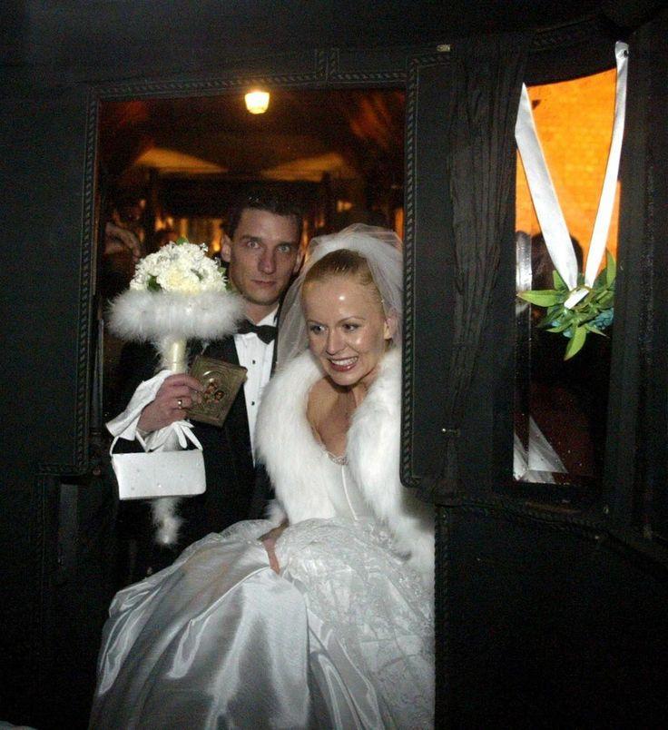 Ślubne zdjęcia gwiazd  Agnieszka Krukówna zdecydowała się na ślub w dawnym stylu. Młoda parę do kościoła zawiozła... bryczka