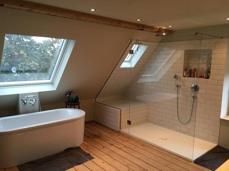 Hauptbad im offenen dachgeschoss: schlafzimmer von tim diekhans architektur,landhaus
