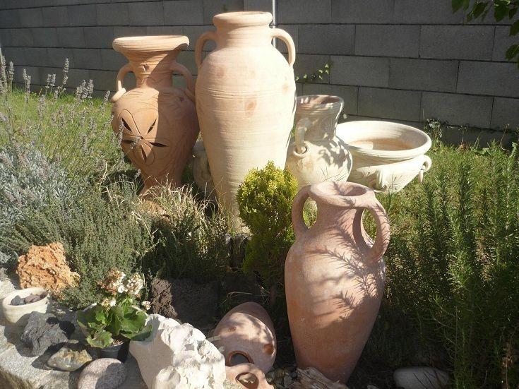 Hlinené Vázy veľmi dopre vyniknú aj v skalke.