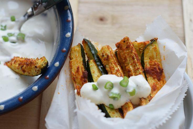 #Pommes aus #Zucchini -> #ZucchiniPommes - mal etwas ganz anderes. #LowCarb und trotzdem sehr lecker! Dazu selbstgemachte #SourCream - beides blitzschnell zubereitet!