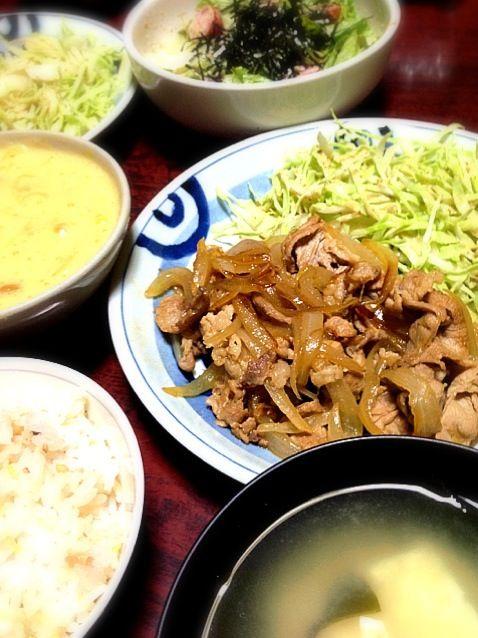 今日は生姜焼き定食風にしてみた! 玉ねぎいっぱいでうまー(*^o^*) 副菜はレタスとトマトの洋風胡麻和え、味噌汁はワカメと豆腐。 - 1件のもぐもぐ - 豚の生姜焼き by palico