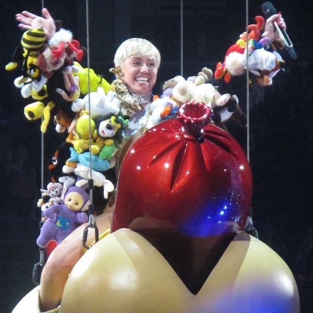 Miley Cyrus's Bangerz Tour: When Sex Stops Selling | NOISEY