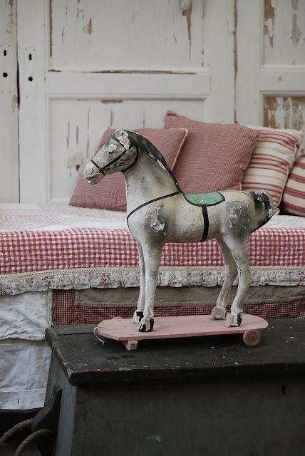 Leuk wit met kleuraccent : oud speelgoed is ook heel decoratief. Bij www.old-basics.nl vind je oude hobbelpaarden en oude luiken.