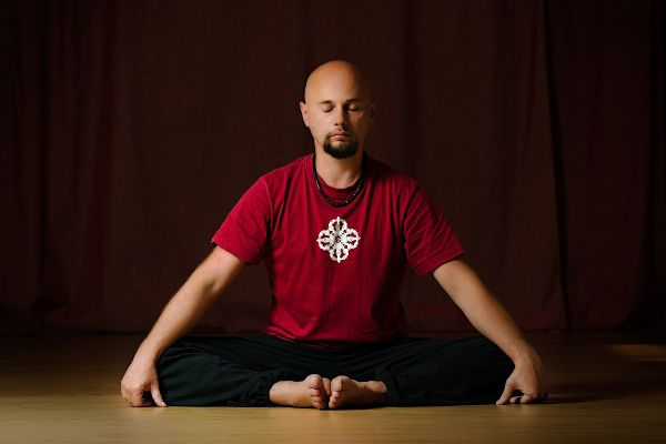 Anatolii Pakhomov teacher of correct approach to the spine and Vajra Yoga. Read about him, reviews about him and other yoga teachers at https://topyogis.com