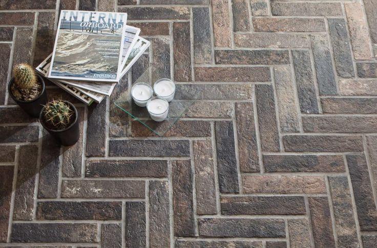 Sfoglia immagini di Pareti & Pavimenti in stile in stile Industriale e di colore marrone : Mattoncino Bristo, posato a lisca di pesce. Lasciati ispirare dalle nostre immagini per trovare l'idea perfetta per la tua casa.