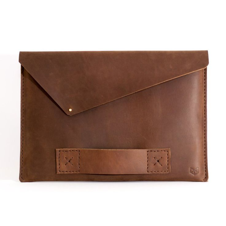 Macbook leather case or Macbook leather sleeve by Capra Leather. This store also has leather wallets, Leather MacBook sleeve. Perfect for men gifts, men fashion. Houses / Pochette pour MacBook en cuir, Étui pour Macbook en cuir. Cadeaux pour les hommes, a