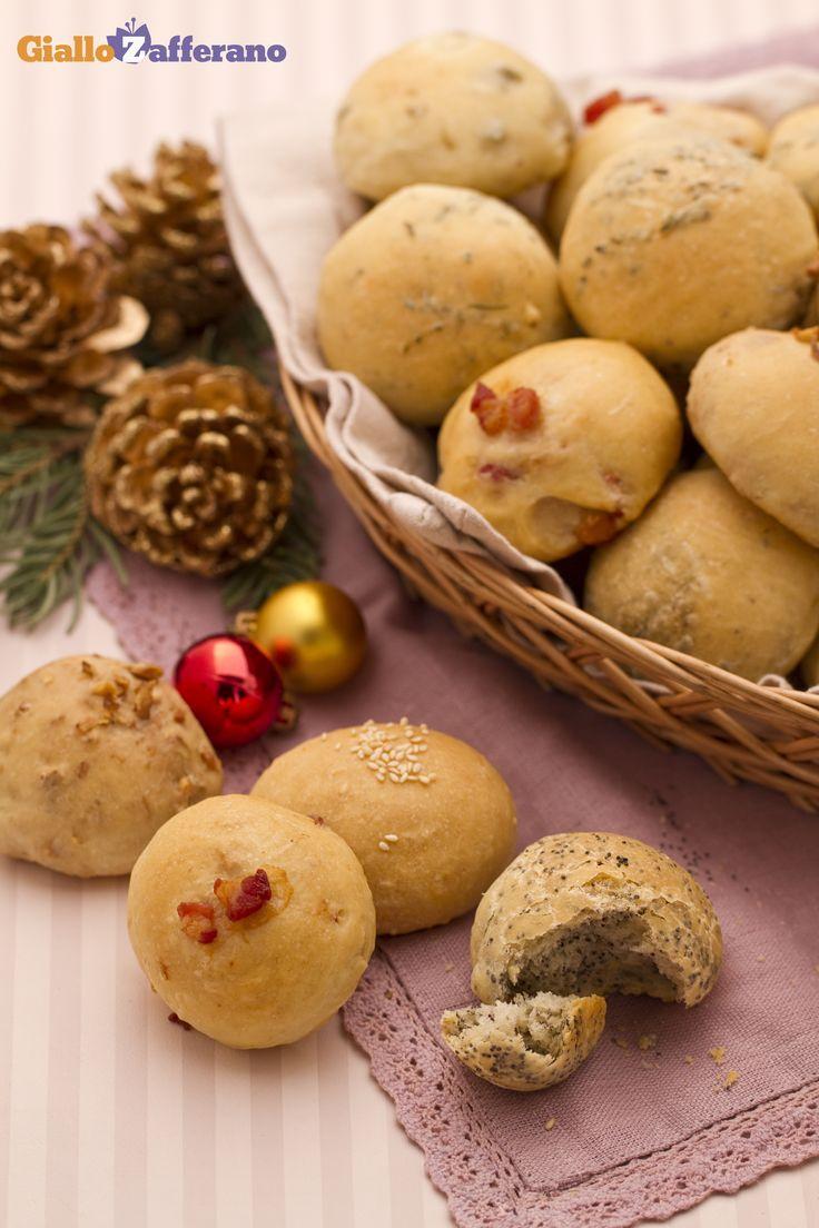 I PANINI DELLE FESTE sono dei piccoli bocconcini di pasta di #pane mischiata a svariati e saporiti ingredienti, che arricchiscono la tavola imbandita a festa. #ricetta #GialloZafferano #Natale #Capodanno #Christmas http://speciali.giallozafferano.it/natale
