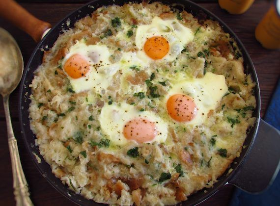 Portuguese migas (crumbs) with poached eggs | Food From Portugal. Do you want to cook a traditional, nutritious and delicious meal for a winter lunch? We suggest you to prepare Portuguese migas (crumbs) with poached eggs, it will give energy to the cold days and it has a very Portuguese flavor!  http://www.foodfromportugal.com/recipe/portuguese-migas-poached-eggs/