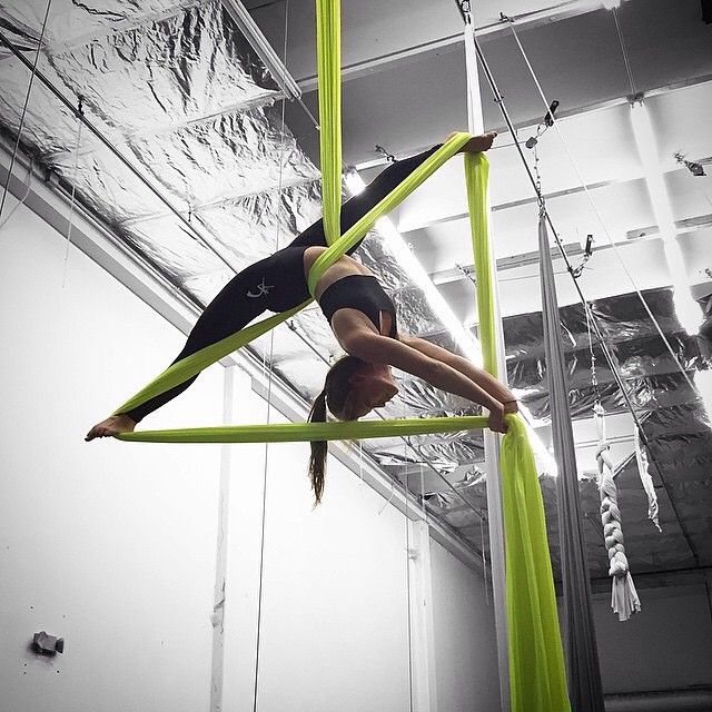 ✨Featuring a beautiful photo of aerialist @karolfg15 doing the splits on silks!✨