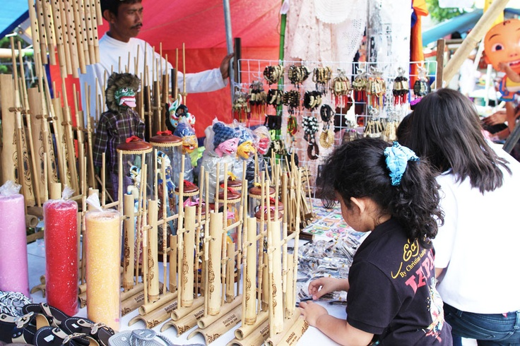 Angklungs, sulings, wayang golek wooden puppets, and vast collection of accessories all bear distinct Sundanese culture makes great mementos of a visit to Bandung.