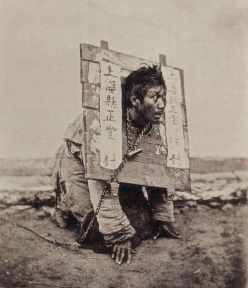 Le pilori, photographie de John Thomson (Source : Bernd Lohse), Chine 1870.