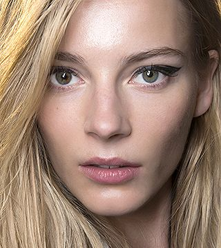 These are the 20 makeup tricks from the pros that every girl should know.