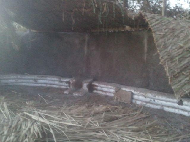 Instalando techo de totora, Revistiendo el muro interior del #Quincho con arena y cal 001