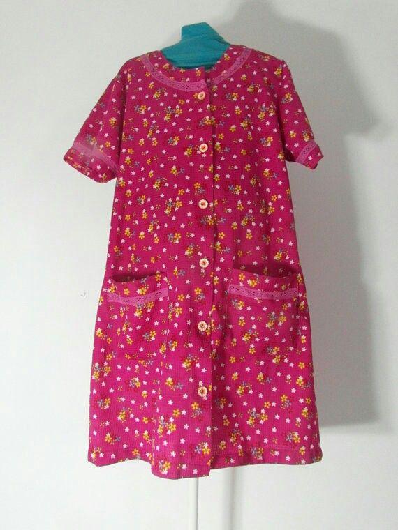Vintage jurk uit Spanje, jaren '60. Mijn Abuela droeg in huis ook altijd van deze doorknoop jurkschorten. Ze had ze in allerlei motieven. Als ze de straat op ging, werd het jurkschort aan een haakje bij de deur opgehangen en ging de nette buitenkleding aan. Nog een kam met een druppel eau de cologne door het haar en klaar was ze.