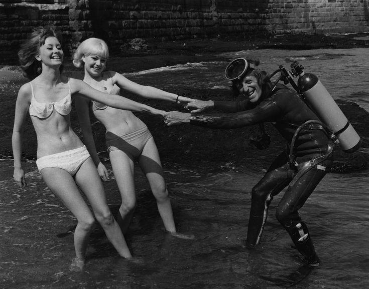 Due ragazze in bikini sulla spiaggia inglese di Scarborough nel 1966 ( Central Press/Hulton Archive/Getty Images)