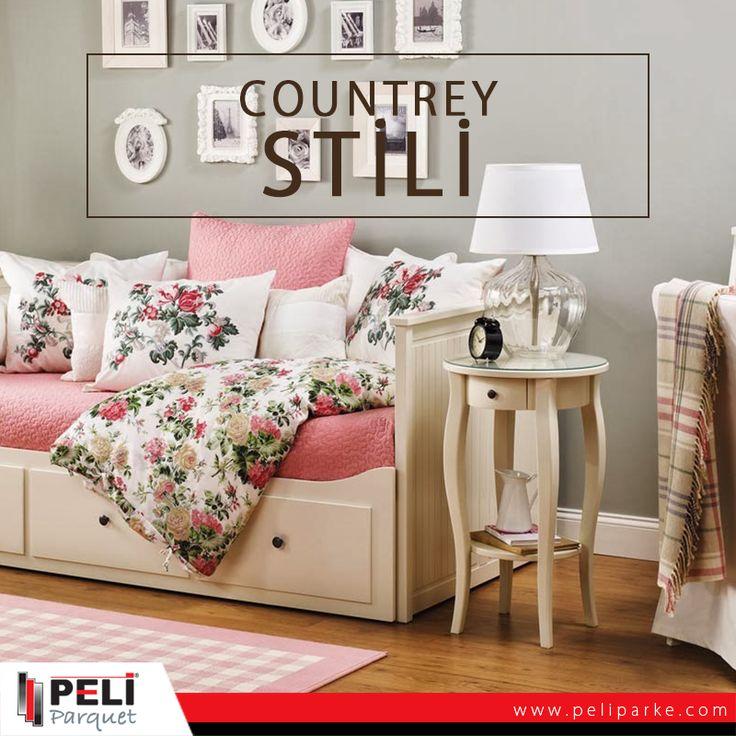 Countrey stili dekorasyon biraz pastoral, biraz floral, biraz ekose, azıcık çizgili ve genel olarak sıcak, yumuşak bir görünüm anlamına geliyor. Toprak rengi tonların bolca kullanıldığı bu stile; beyaz, kırmızı, mavi ve yeşil çok yakışıyor. Rahat, geniş, ferah koltuklar; pastoral desenli halılar, düz renkli kanepelerin üstünde renkli yastıklar ve çoğunlukla açık renk ahşap malzemeden yapılmış mobilyalar, parkeler stilinizi tamamlayacaktır.