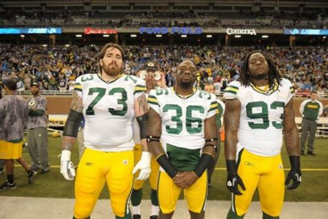 Am I the only one who didn't know how great Aaron Rodgers is at photobombing? Because HE IS.