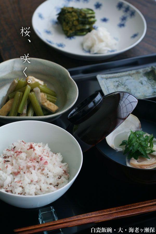 蛤のお吸い物、蛤の下に生湯葉を敷き、独活と木の芽を入れます。若牛蒡煮、菜の花の糠漬け、大根の塩もみ。桜の花漬は京都の「原了郭」さんのものです。色が美しく、水でもどして丁寧に水気をとりご飯と混ぜ、控え目にお塩を少々。よい香りです。