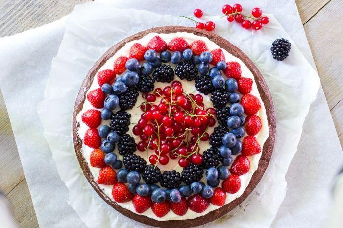 Browniepizza met rood fruit recept - Cake - Eten Gerechten - Recepten Vandaag